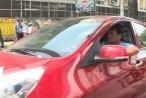 TP HCM: Tài xế 'cố thủ' trong xe khi bị xử lý vi phạm
