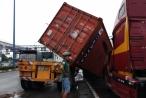 Thùng container rơi khỏi rơ mooc, đè lên xe đầu kéo chạy phía sau