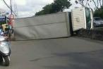 Tránh 'ninja Lead', xe tải lật kinh hoàng trên quốc lộ 22