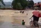 Clip cảnh tượng kinh hoàng, lũ cuốn trôi 2 người khi cố gắng vượt suối