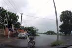 Clip 'thánh lầy' dựng xe giữa đường, nhảy múa dưới trời mưa