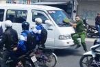 [Clip]: Chiến sĩ Công an bị ôtô khách ủi lùi gần 100m