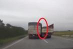 [Clip]:  Hoảng hồn 2 xe tải chèn ép nhau trên đường cao tốc