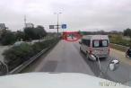 'Giỡn mặt với tử thần' nhóm thanh niên đầu trần đánh võng trước đầu xe tải