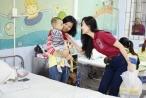 Thí sinh Người mẫu Quý bà Việt Nam trao quà cho trẻ em bị tim bẩm sinh