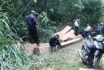 Phát hiện hàng chục hộp gỗ được tập kết ở rừng