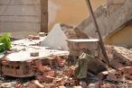 Tường bất ngờ đổ sập đè bé gái 8 tuổi tử vong