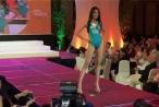 Lệ Hằng suýt ngã khi thi áo tắm ở Miss Universe