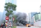 Clip ô tô bốc cháy ngùn ngụt, tài xế ôm cháu bé lao ra khỏi xe