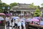 Huế: Thành Đại Nội vẫn nhộn nhịp trong mưa bão