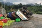 Lâm Đồng: Tài xế may mắn thoát chết trong vụ lật xe chở rau