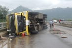 Khánh Hòa: Xe tải lật trên quốc lộ 1A, giao thông ách tắc