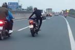 """Clip: Nam thanh niên điều khiển xe máy """"làm xiếc"""" trên quốc lộ 1A"""