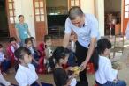 Công ty NUTIFOOD tặng sữa cho học sinh vùng lũ