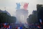 'Biển người' chào đón nhà vô địch Pháp rinh cúp về nước