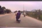 [Clip]: Hai thanh niên đi xe máy đầu trần, lạng lách đánh võng, tông trực diện vào ô tô