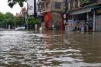 """Nghệ An: Mưa lớn """"nhấn chìm"""" đường phố trong biển nước, miền núi sạt lở nghiêm trọng"""
