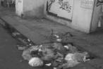 """Dân """"tiện tay xả rác"""" gây ngập úng ở TP HCM"""