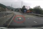 """Quảng Ninh: Clip em bé bò ra giữa đường khiến người xem """"rụng rời chân tay"""""""