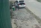 Clip: Nghi án người đàn ông lái 'xế hộp' lấy trộm thùng rác bên đường