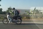 [Clip]: Nam thanh niên vắt chân, ngồi lệch người 'lao như gió' trên Đại lộ Thăng Long