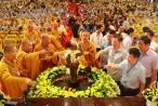 """""""Nghẹt thở"""" chen lấn xô đẩy tại lễ tắm Phật ở chùa Bái Đính"""