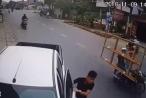[Clip]: Tài xế bán tải ngủ gật húc bay ô tô đỗ ven đường