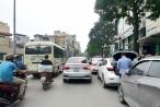 Giao thông nhiều tuyến Hà Nội bị 'tê liệt' vì ô tô đỗ dưới lòng đường