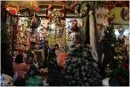 Người dân Thủ đô háo hức, rộn ràng với không khí Giáng Sinh sắp đến