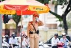 Công việc 'dầm mưa, dãi nắng' của nữ CSGT Hà Nội
