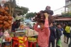 """Phong phú hàng hóa tại phiên chợ """"mua may, bán rủi"""""""