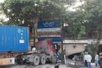 Hà Nội: Hết hồn khi mới sáng sớm, container chui tọt vào nhà