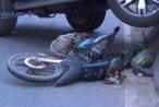 Bình Dương: Ô tô 'điên' cuốn xe máy vào gầm rồi leo lên dải phân cách