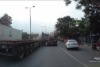 Clip tai nạn hy hữu, xe container bị hai cuộn sắt đè bẹp cabin
