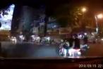 Clip hành động lạ của nam thanh niên với 2 cô gái ăn mặc 'mát mẻ' chạy xe trên đường