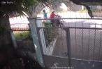 Clip thanh nên đi xe máy 'tiện tay' trộm luôn thùng rác