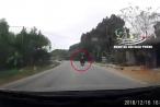 Hai người đàn ông điều khiển xe máy 'đo đường' sau cú va chạm với xe tải