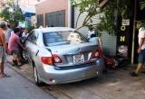 Nữ tài xế lùi ô tô tông 4 xe máy, khách uống cà phê trên vỉa hè tháo chạy ở TP.HCM