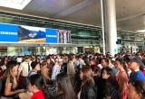 'Biển người' đón Việt kiều ở sân bay Tân Sơn Nhất