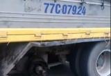 [Clip]: Rùng mình cảnh xe tải mất 2 bánh vẫn chạy băng băng trên đường