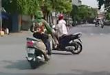 """[Clip]: Thiếu quan sát, hai nữ """"ninja"""" lao vào nhau giữa ngã tư đường"""