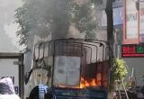 [Clip]: Xe tải bỗng dưng bốc cháy dữ dội giữa phố Hà Nội