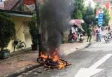 Nghệ An: Truy đuổi, đốt xe máy người đi đường vì thấy 'ngứa mắt'