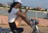Cô giá lái xe máy bằng chân là học sinh trường THPT dân tộc nội trú Đồi Ngô