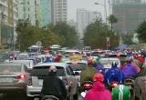 Hàng nghìn người Thủ đô chôn chân trong mưa rét