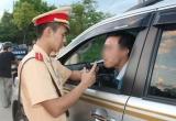 CSGT kiểm tra chất ma túy với người đi đường