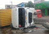 Thanh Hóa: Xe container đâm nát 26m giải phân cách, lật nghiêng văng bánh