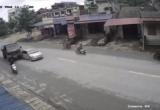 Clip dừng đột ngột giữa đường, xe con bị xe tải tông nát đuôi