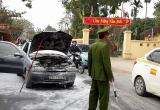 Xe ô tô bốc cháy dữ dội trước cửa nhà máy Z49