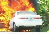 Vợ chồng ôm hai cháu tung cửa thoát khỏi ôtô bốc cháy